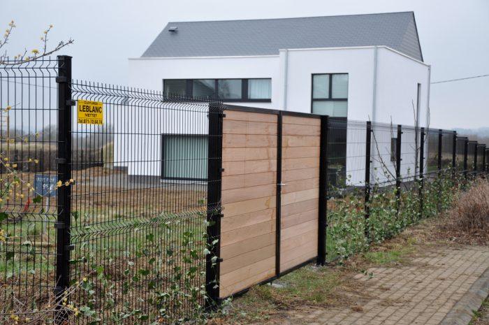 8 raisons de poser une clôture en treillis rigide dans son jardin